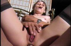 De mama draait met haar achterwerk tijdens het anal batsen