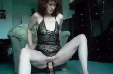 Kijk hoe deze hoerige huisvrouw mastubeerd met een dikke fles