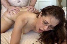 Brildragend grietje pijpt naait en word aangeduwd door haar gozer