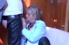 Kijk hoe deze hete huismoeder de mollige lid een blowjob beurt geeft