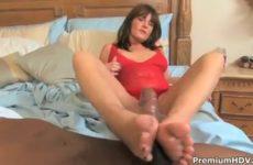 Hij likt haar voeten zij zuigt zijn neger jongeheer