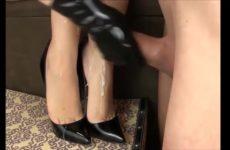 Een flinke lading cum spuit over haar erotisch voetjes