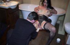 Hij mastubeerd haar flamoes vuist naait haar aars en naait haar bekkie