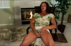 Mastuberend met de kunstlul krijgt de mama met de dikke clitoris een climax