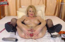Wellustig blondje vuist naait haar aars voor de cam