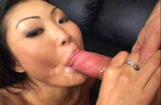 Haar mond en jetsers worden aangeduwd en haar gelaat vol cum gespoten