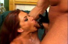 Geile redhead neemt giga pik diep in haar keel