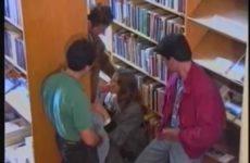 Ze zuigt drie penissen in de bibliotheek