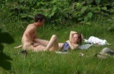 Neukend stel stiekem gefilmd in het park