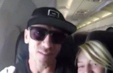 Stiekeme blowjob in het vliegtuig door geile blondine