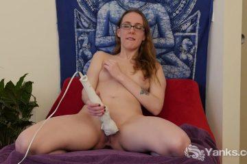 Met de giga dildo masturbeert het brildragend grietje haar doos