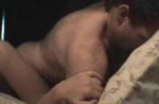 Stelletje heeft sex op bed