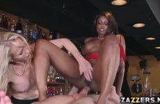 De zwarte pijpt en word anal aangeduwd waarna het blondje een beurt krijgt