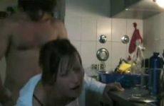 Hoerig stel heeft sex in de keuken