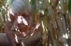 Met een maiskolf mastuberen in een maisveld