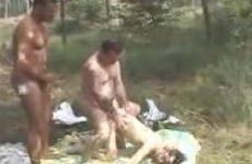Amateurhoertje buiten geneukt door twee kerels