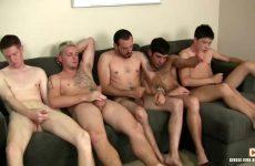 Een verscheidenheid aan gays masturberen samen