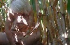 Met een maiskolf mastubeerd de oudere vrouw in een maisveld