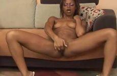 Mooie geile Ebony vingert haar kale natte kut tot een orgasme