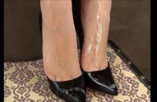 Zaad over haar zwoel voetjes in hoge hakken