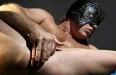 brede stoere gemaskerde man