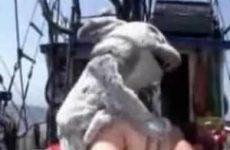 Dikke vrouw door konijn geneukt op boot