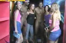 Ondeugende meiden zijn onder de indruk van grote piemels