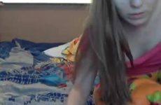 Lesbische tiener meisjes likken elkaars anus voor de webcam