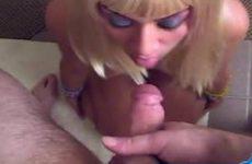 Aziatisch blondje pijpt zijn lul stijf