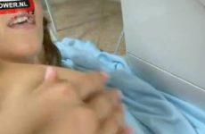 Lekkere tiener speelt met zichzelf in het washok.