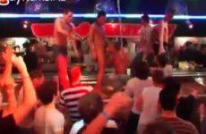 Een gay strip club ontaard in gay orgie