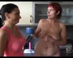 Kinky oma pist in een kopje en dildo neukt haar rijpe kut