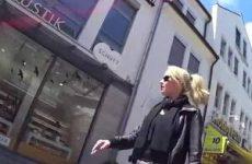 Sexy Blondine loopt naar buiten met haar zonnebril vol sperma