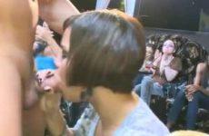 Stripper wordt gepijpt door groep milf sletten