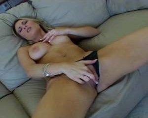 Haar man vind het spannend haar tijdens het mastuberen te filmen