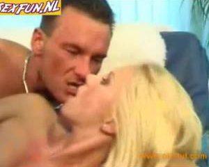 Knap blondje geniet enorm van zijn grote leuter