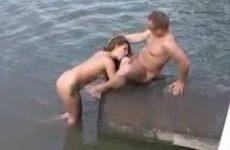 Amateur koppel genieten aan de waterkant