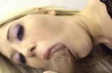 Dit blondje laat de sperma die op haar mond is gespoten op haar borsten druipen