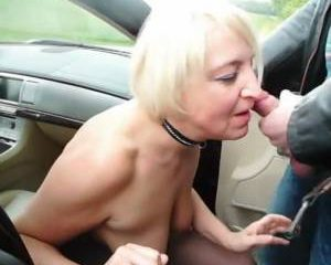 Bejaarde sex slavin pijpt vanuit de auto