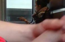 Hij filmt hoe hij zich aftrekt in de trein
